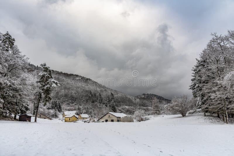 在雪下的法国村庄风景 免版税库存图片