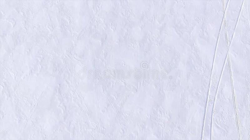 在雪下的空中城市 冬天风景-在有启发性冷淡的树中的小屋在落的雪花下 库存图片