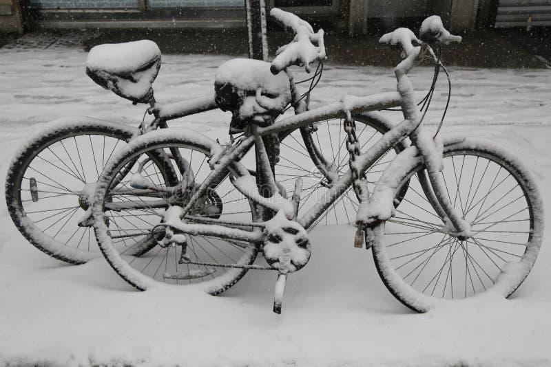 在雪下的自行车在大冬天期间猛冲托尔 免版税库存照片