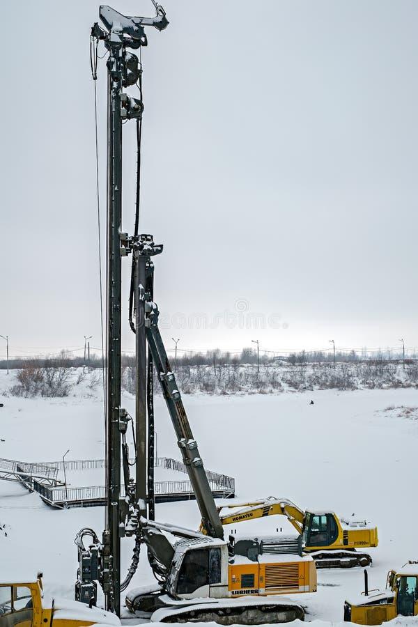 在雪下的重的设备 库存照片