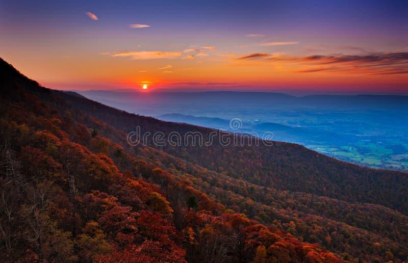在雪伦多亚河谷和阿巴拉契亚人Mountai的秋天日落 库存图片