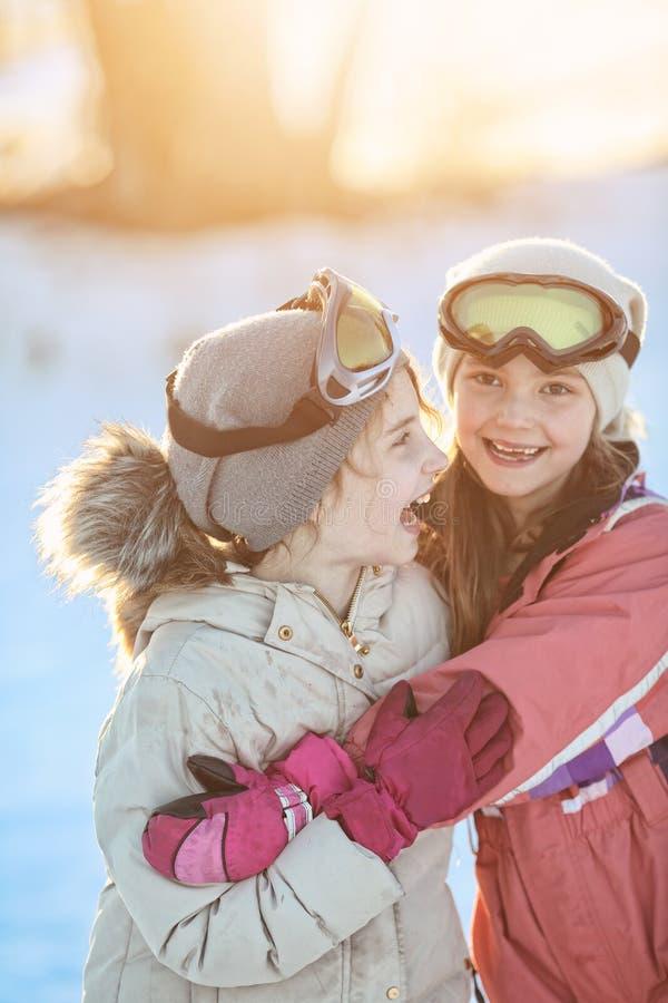 在雪使用Google的两个女孩 库存图片