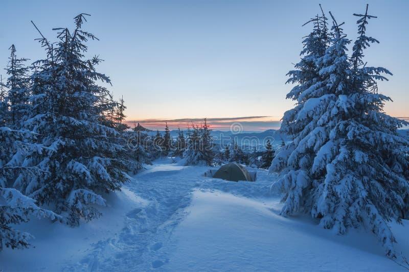 在雪加盖的山的帐篷 库存照片