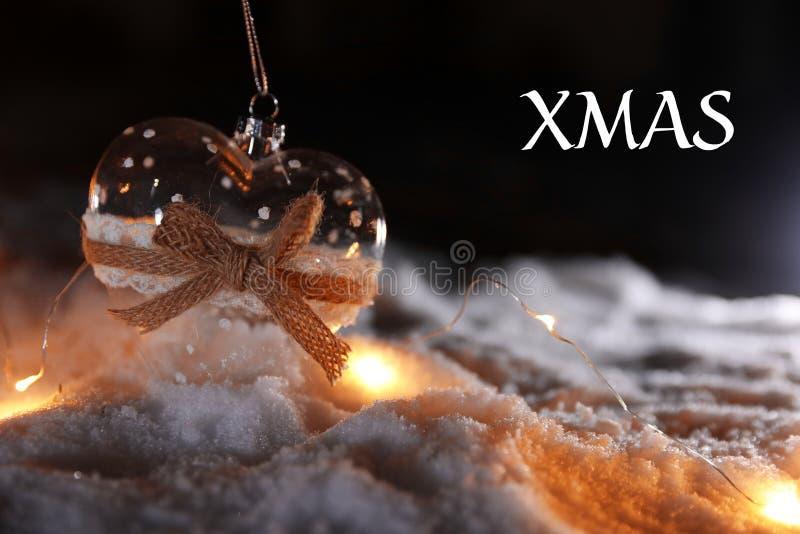 在雪和消息XMAS的欢乐装饰反对黑暗的背景 免版税库存照片