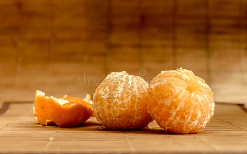 在雪在一张木桌上,新年,静物画的蜜桔 免版税库存图片