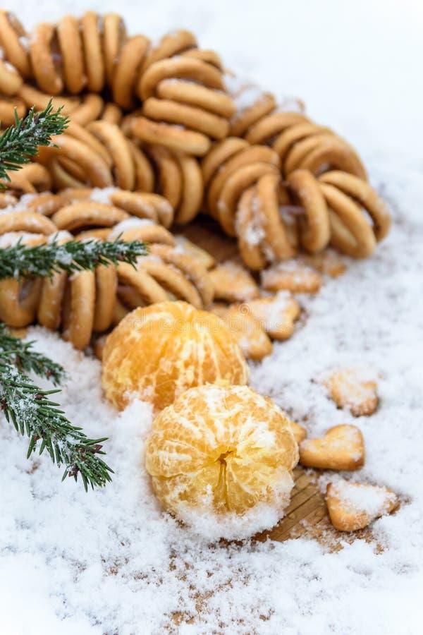 在雪在一张木桌上,新年,静物画的蜜桔 库存图片
