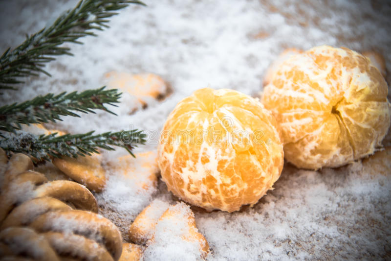 在雪在一张木桌上,新年,静物画的蜜桔 库存照片