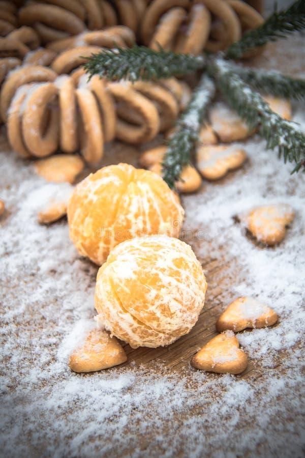 在雪在一张木桌上,新年,静物画的蜜桔 免版税库存照片