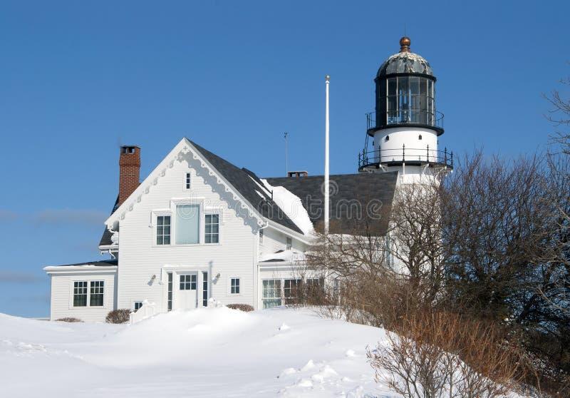 在雪埋没的老灯塔 免版税库存照片