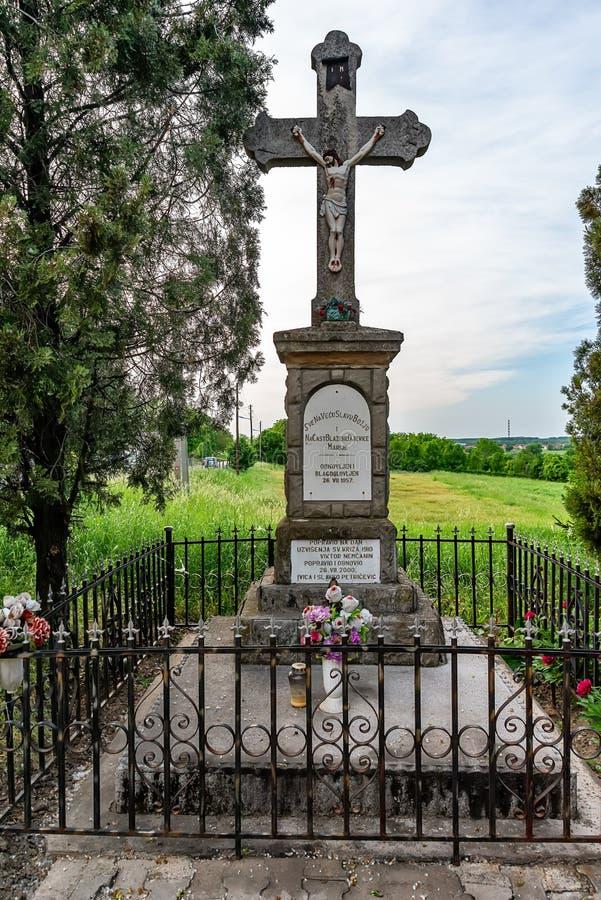在雪夫人的教会的前面纪念碑十字架Tekija的,塞尔维亚 库存图片