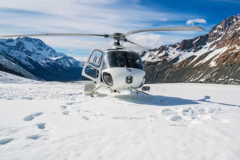 在雪山的直升机着陆 库存照片