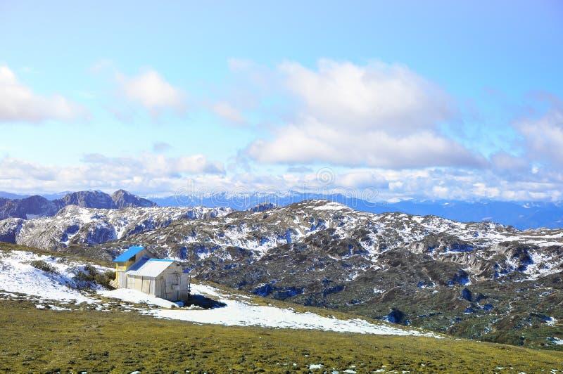 在雪山风景的小客舱 库存照片