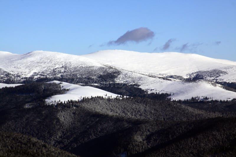 在雪报道的山峰 免版税库存图片