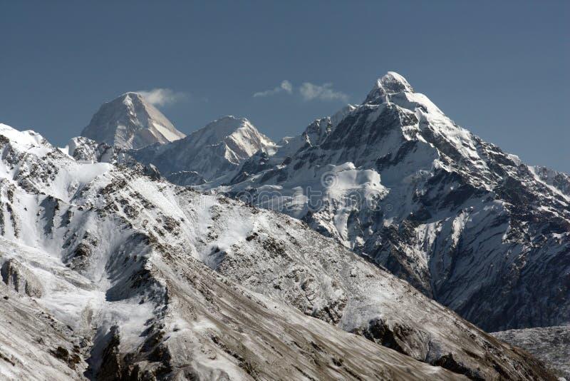 在雪报道的山脉 免版税库存照片