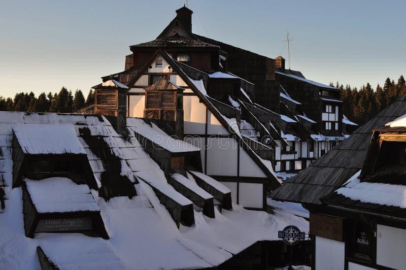 在雪旅游复合体下的晴朗的峰顶 库存图片