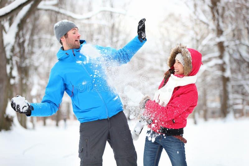 在雪球战斗的新夫妇 免版税库存照片