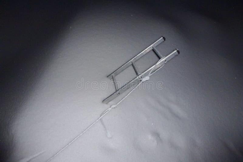 在雪的一架登山人梯子在Imja Tse,海岛峰顶,珠穆琅玛营地艰苦跋涉,尼泊尔 免版税库存照片