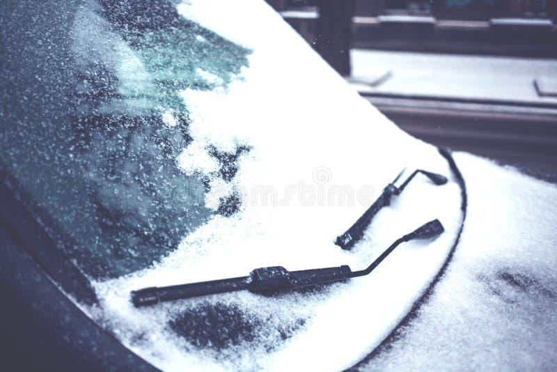 在雪的一辆汽车 库存图片