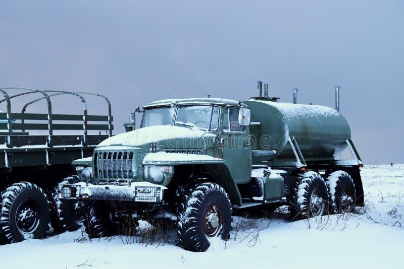 在雪的一辆老卡车 免版税图库摄影