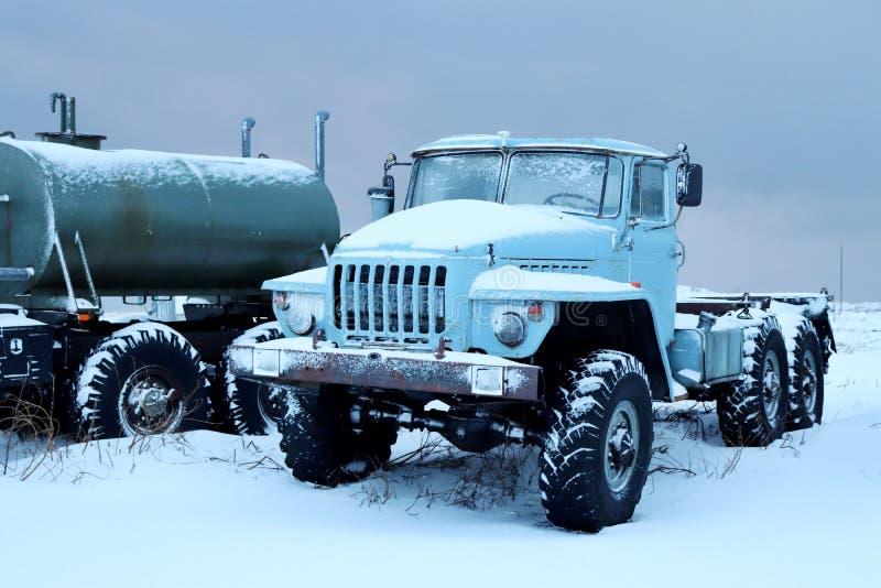 在雪的一辆老卡车 免版税库存照片