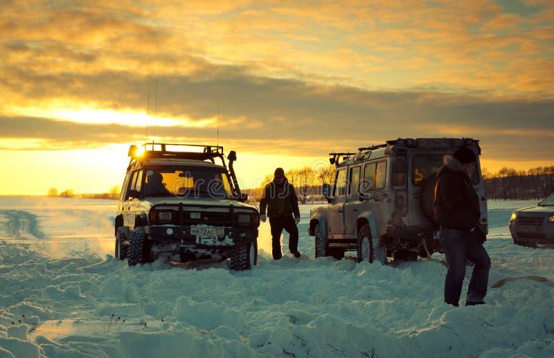 在雪的二SUV 免版税库存照片