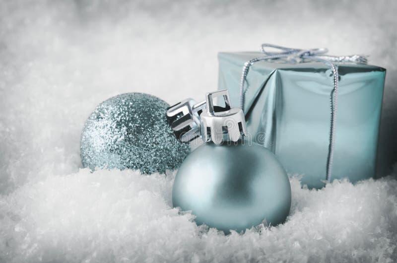 在雪的凉快的蓝色圣诞节装饰 库存照片
