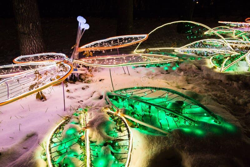 在雪的圣诞灯装饰在冬天夜假日照亮了街道 库存照片