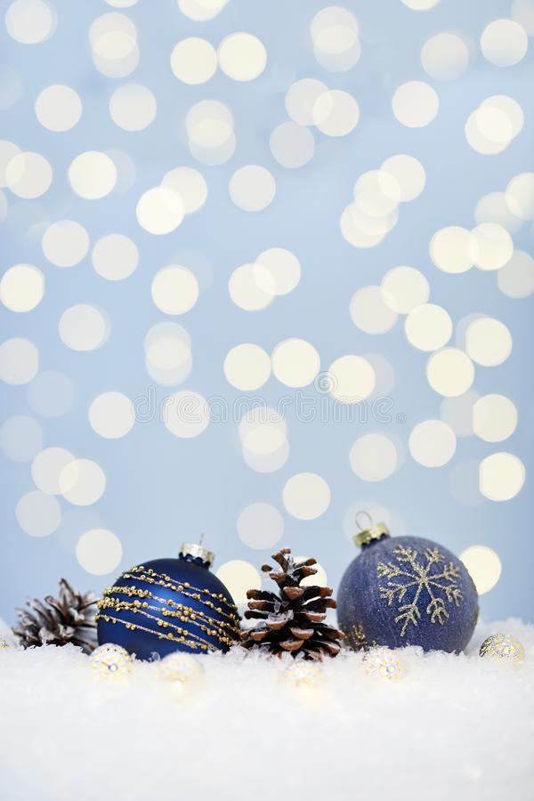 在雪的圣诞节蓝色球 免版税库存图片