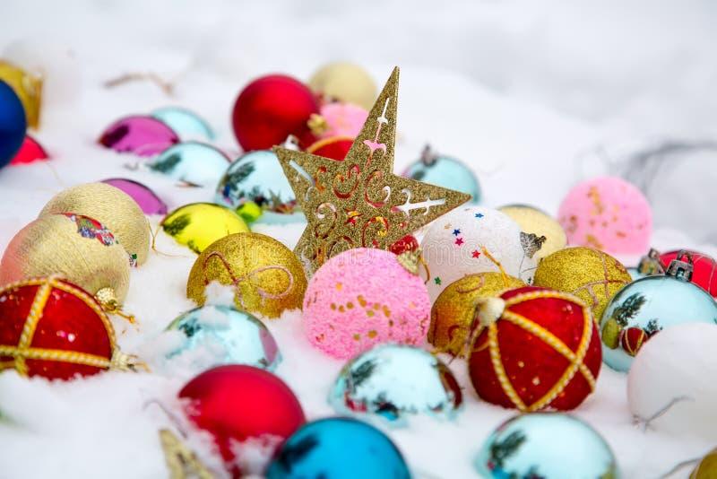 在雪的圣诞节装饰 免版税库存图片