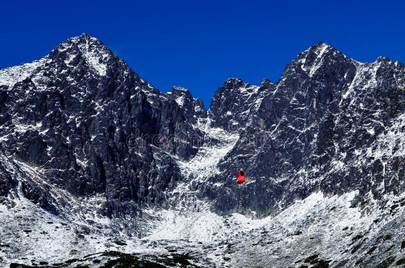 在雪的大美丽的美丽的山 库存图片