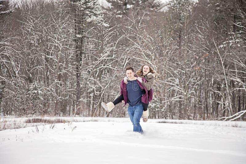 在雪的夫妇乐趣 库存照片