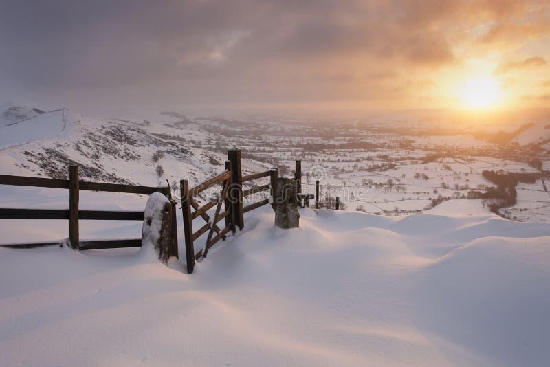 在雪的山日出 免版税库存照片