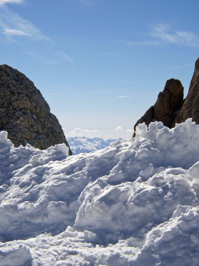 在雪的岩石 免版税库存图片