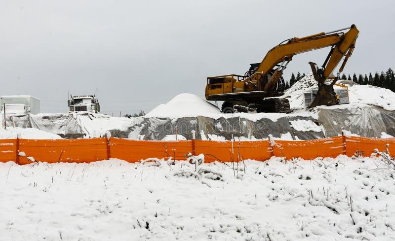 在雪的建筑器材 图库摄影