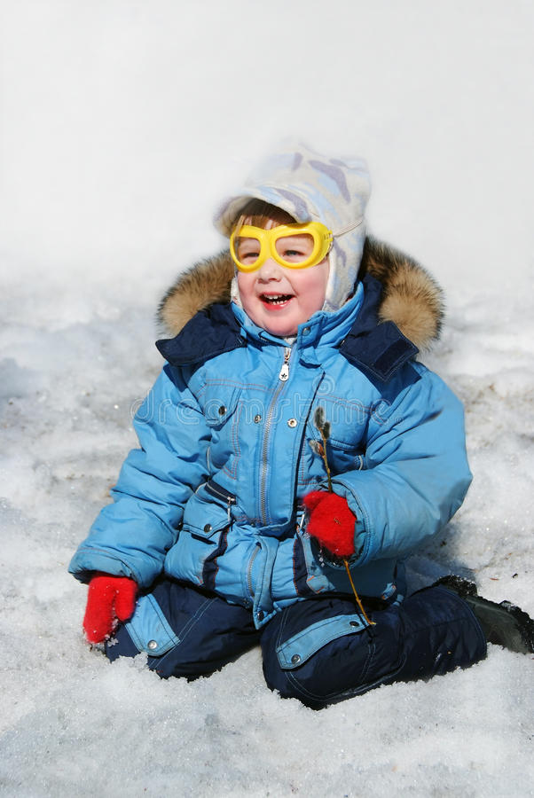在雪的微笑的孩子 库存照片