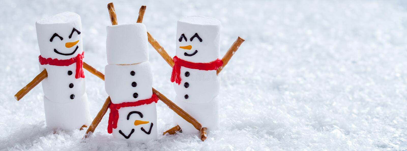 在雪的愉快的滑稽的蛋白软糖snowmans 免版税库存照片