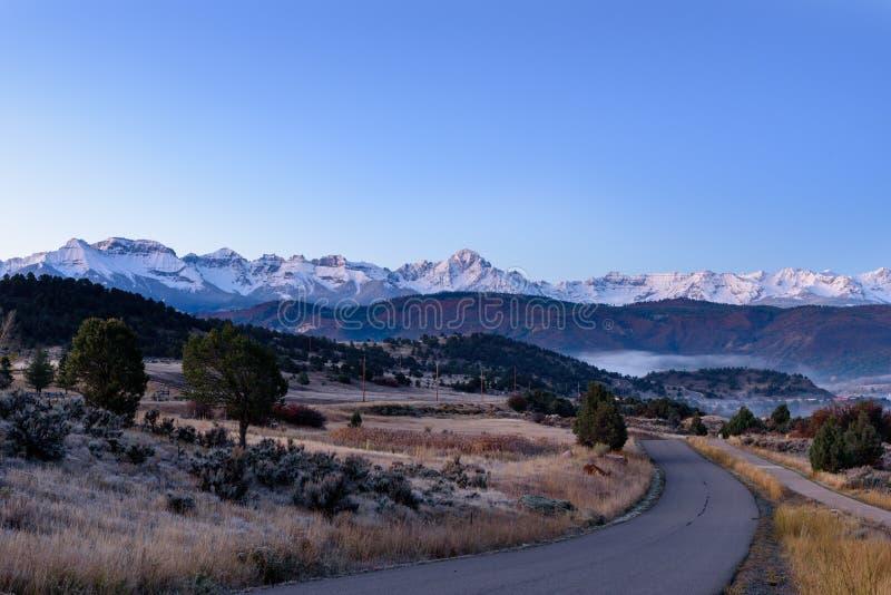 在雪的日出在里奇韦Colorad附近加盖了圣胡安山 免版税库存照片