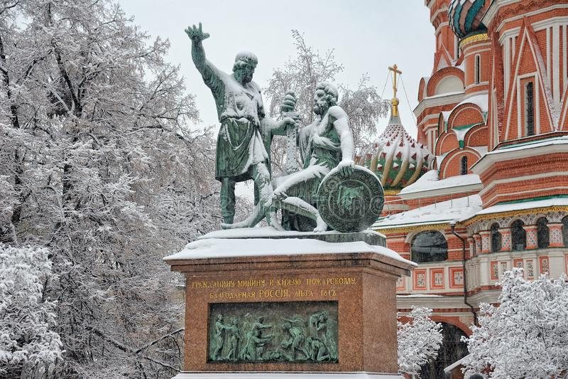 在雪的树对米宁的纪念碑和Pozharsky构筑的 免版税库存照片