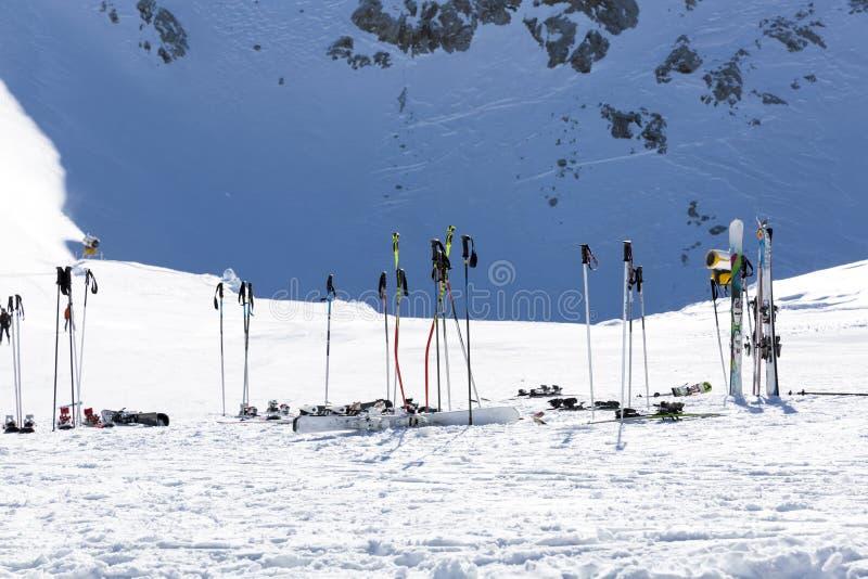 在雪的滑雪杆 反对多雪的山的滑雪设备在sk 库存照片