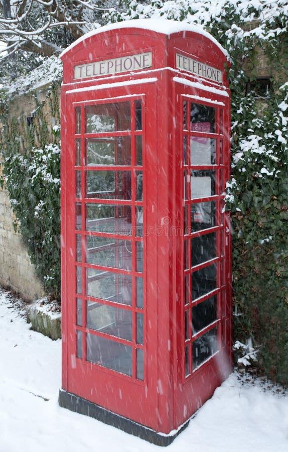 在雪的电话亭 免版税图库摄影
