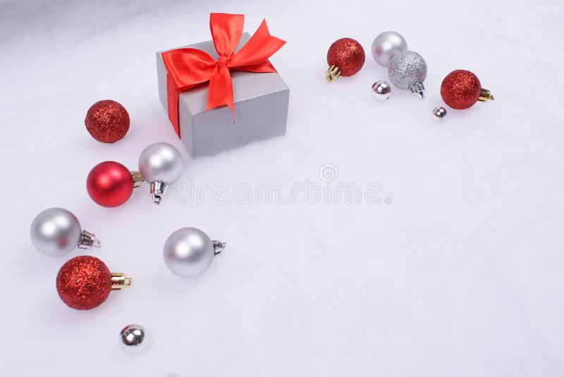 在雪的礼物和圣诞节中看不中用的物品 免版税库存照片