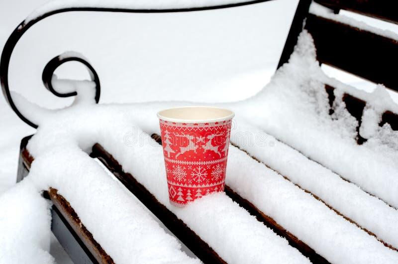 在雪的红色咖啡杯 免版税库存图片