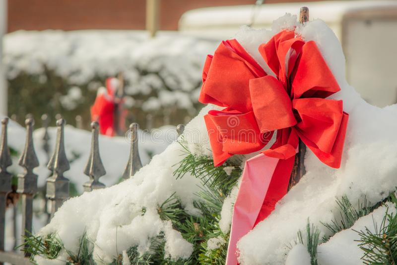 在雪的红色圣诞节丝带 免版税库存图片