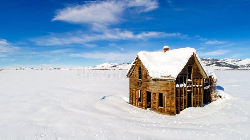 在雪的老宅基与很多字符 库存照片