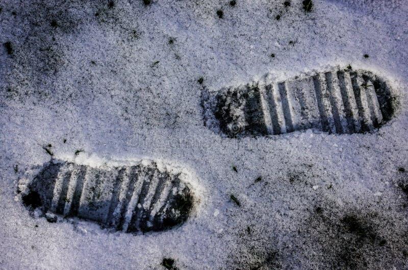 在雪的脚印刷品 免版税库存照片