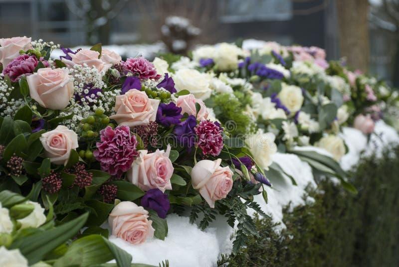 在雪的葬礼花的布置在公墓 免版税图库摄影
