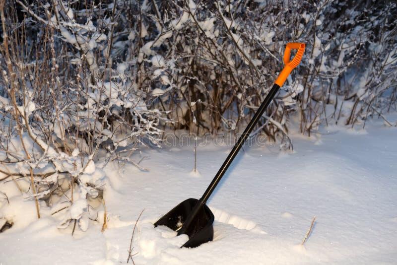 在雪的铁锹夜 免版税库存图片
