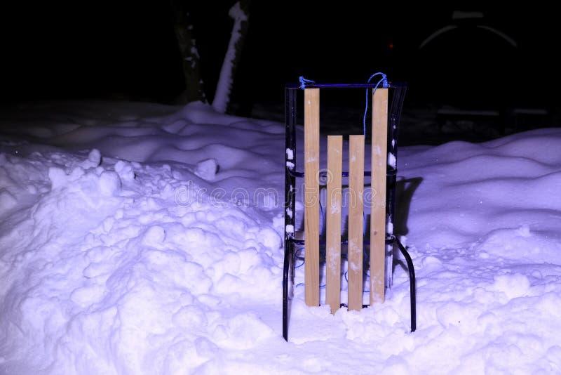 在雪的雪撬在夜 库存图片