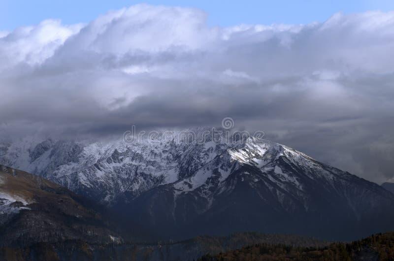 在雪的高山风景 免版税库存图片