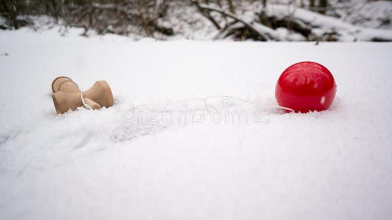 在雪的Kendama 免版税库存照片